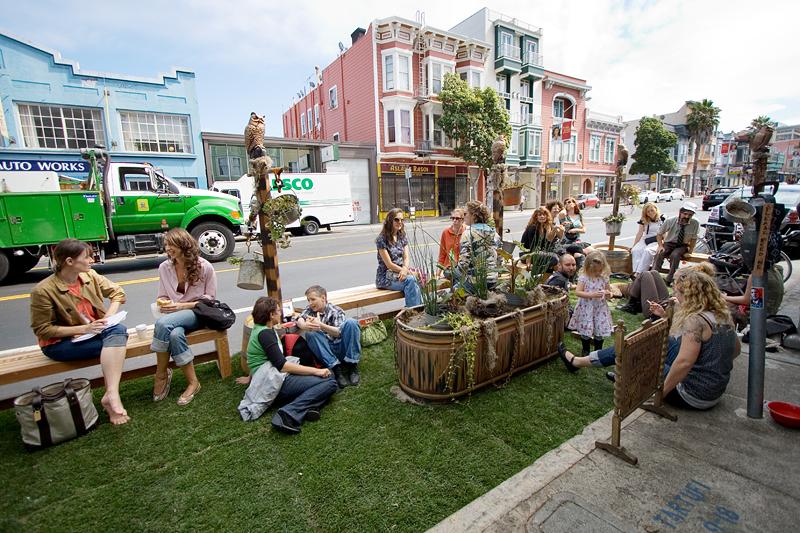 spontan errichtete Gartenlandschaft auf einem Parkplatz