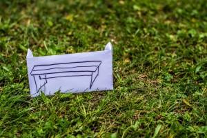 Die gemalte Bank auf dem Rasen