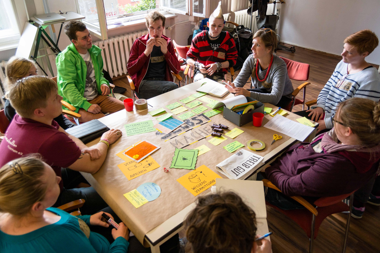 Teilnehmer sitzen in Runde