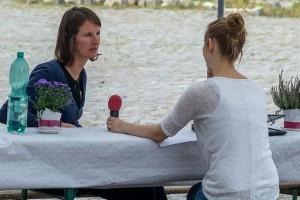 Redakteurin Mona und Stephanie Haury sitzen an einem Tisch für ein Interview