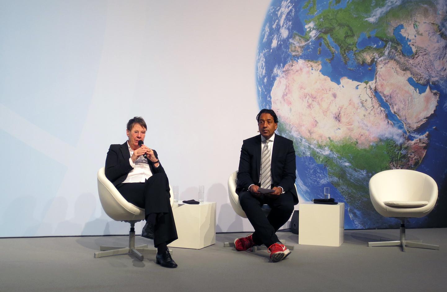 Bundesumweltministerin Dr. Barbara Hendricks im Gespräch mit Moderator Cherno Jobatey.