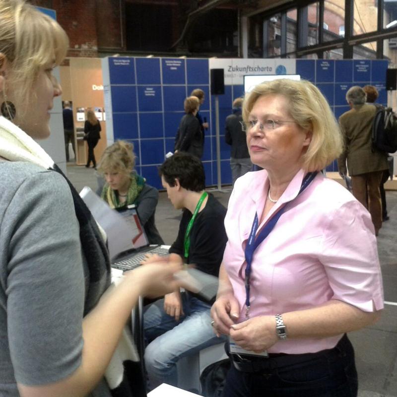 Unsere Redakteurin Kristine im Gespräch mit Gabriela Büssemaker (Foto: Viktoria Hahn)
