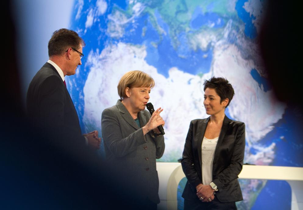 Gerd Müller, Angela Merkel und Dunja Hayali bei der Übergabe der Zukunftscharta (Foto: Johannes Herbel)