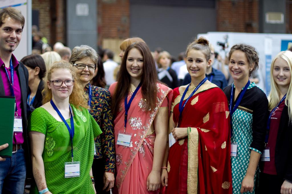 Annika Kretz (Mitte) und ihre MitschülerInnen waren in Indien (Foto: Johannes Herbel)