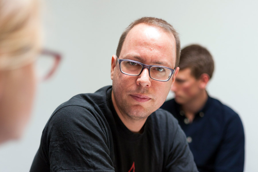 """Ich möchte mein Grundrecht durchsetzen können gegen die, die Macht auf mich ausüben wollen"" - Markus Beckedahl im Interview mit den ""digital natives"" vom Jugendmedienworkshop (Foto: Samuel Groesch)"