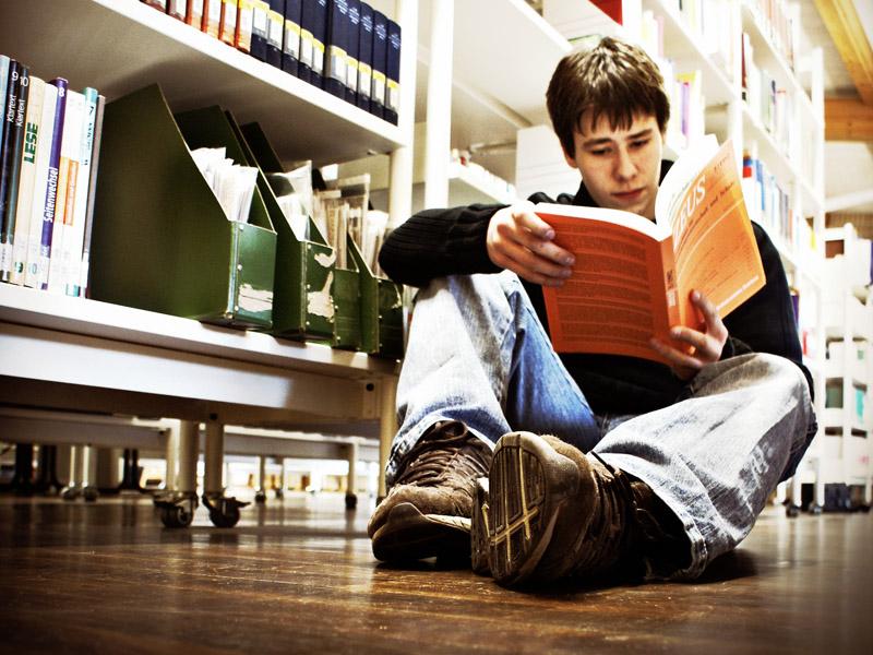 Lesen auf Papier - ohne Scrollen, ohne Klicks (Foto: Mariesol Fumy, jugendfotos.de, CC-BY-NC 3.0)
