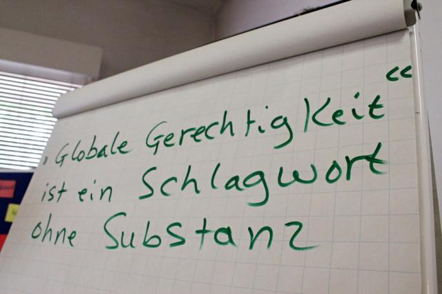 Die Schüler*innen sollen Begriffe hinterfragen, die sie selbst verwenden (Foto: Tim Lüddemann)
