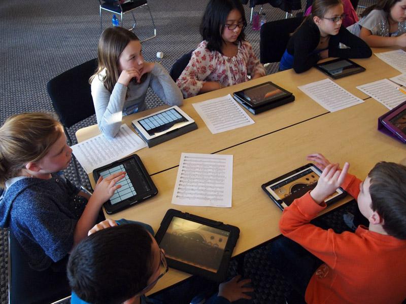 Auch im Musikunterricht können digitale Medien eingesetzt werden - zum Beispiel Tablets (Foto: Brad Flickinger, flickr.com, CC-BY 2.0)