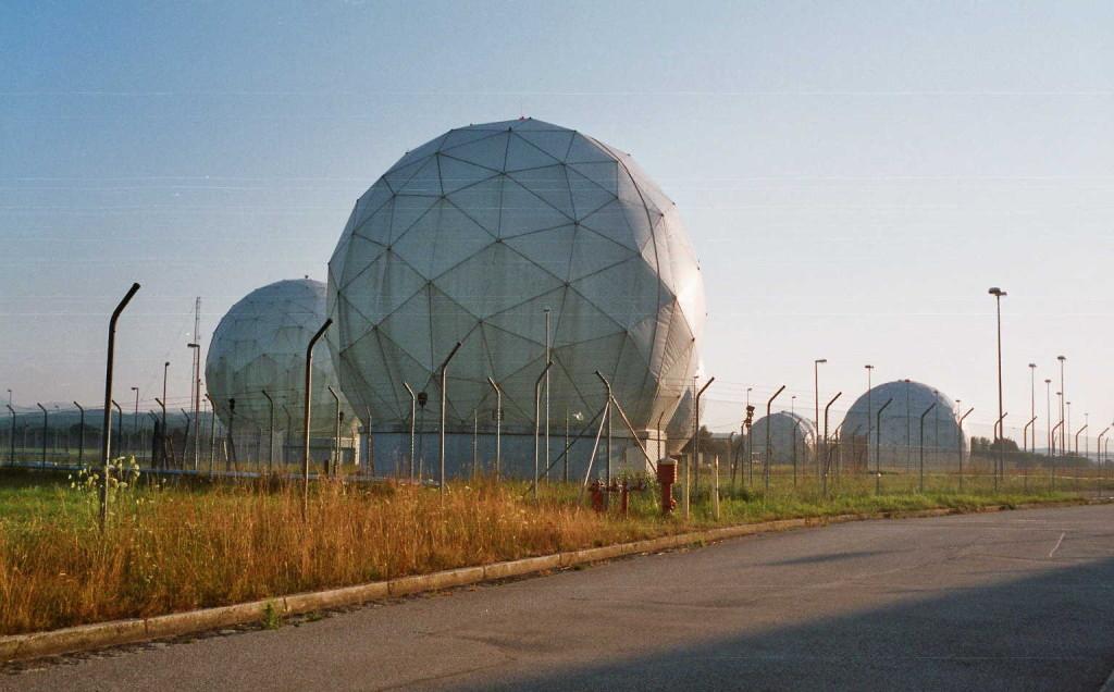 """Hier wird mitgehört: Die """"Bad Aibling Station"""" der NSA in Bayern (Foto: Johannes W. Dietrich, Wikimedia, Public Domain)"""