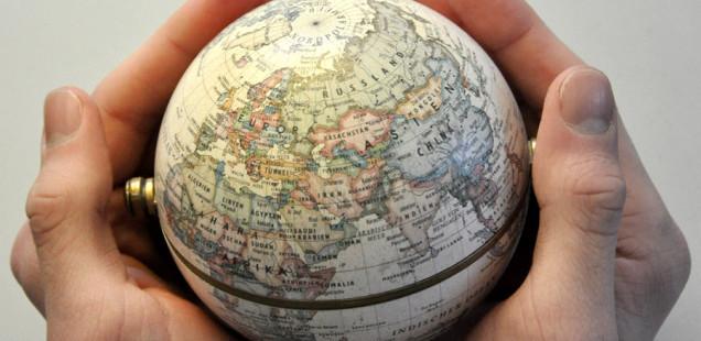 Nur noch kurz die Welt retten - und davor den politikorange-Blog checken (Foto: Paul Hinck, jugendfotos.de, CC-BY-NC 3.0) Hände halten Globus.