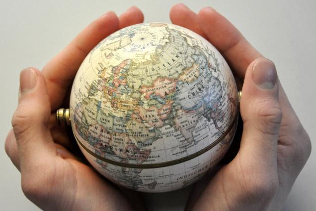 Symbolfoto: Ein kleiner Globus in guten Händen (Foto: Paul Hinck, jugendfotos.de, CC-BY-NC 3.0)