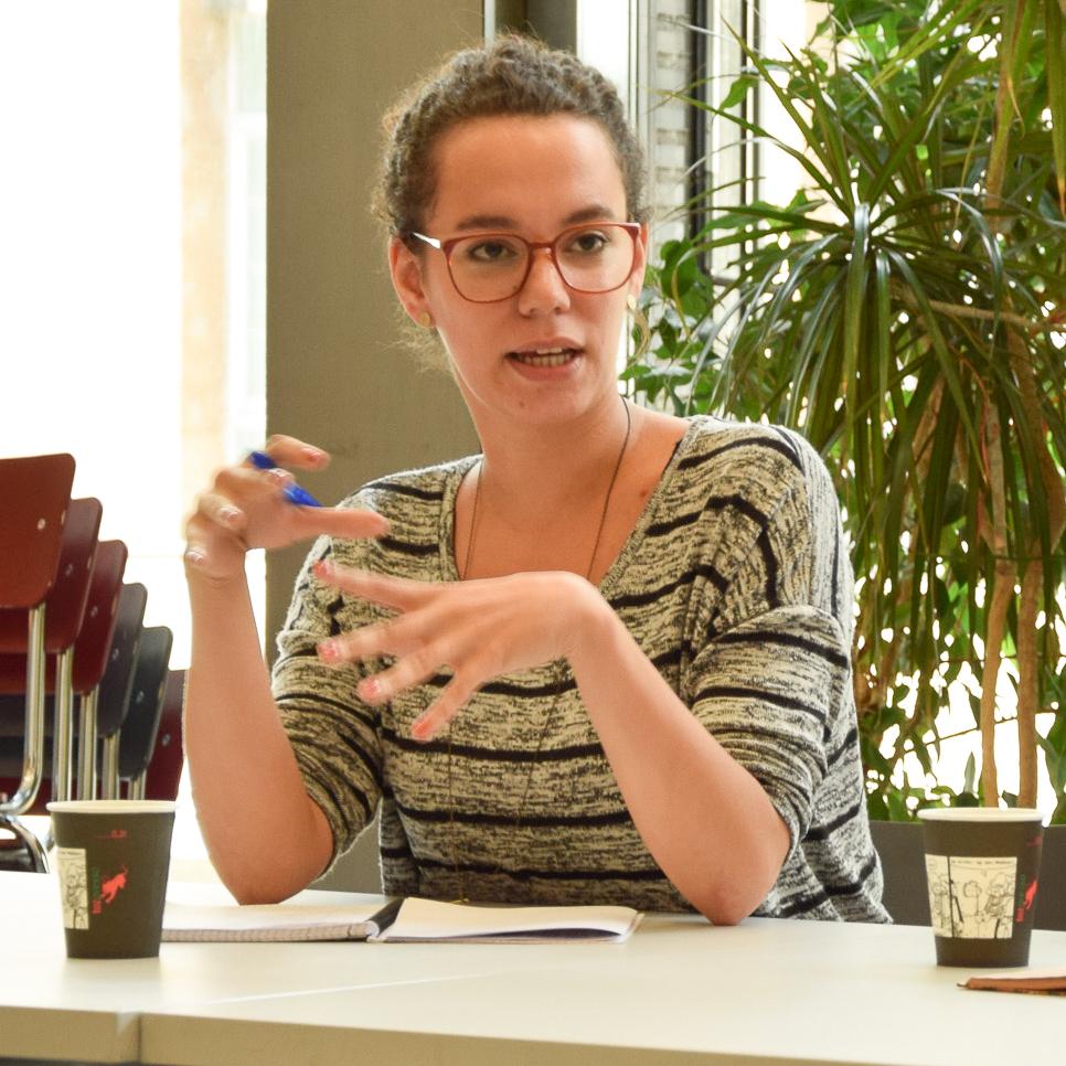 Saskia Hödl gestikuliert während sie mit Nachwuchsjournalisten redet