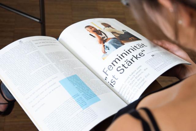 """""""Femininität ist Stärke"""" ist in einem aufgeschlagenen MISSY MAGAZINE zu lesen"""