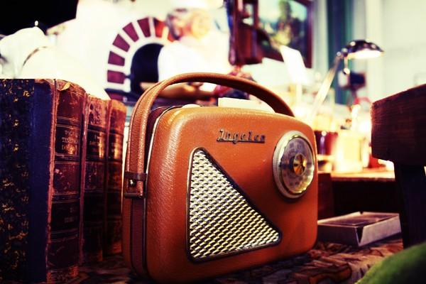 Ein kleines, orangenes Handradio