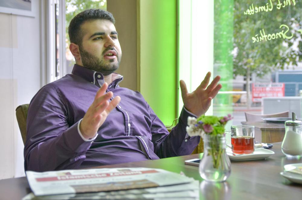 Tarek Bärliner (21) gestikuliert während des Interview mit politikorange
