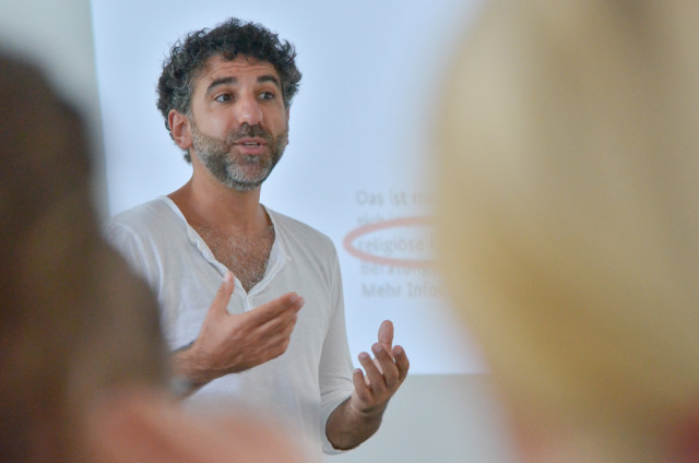 Chadi Bahouth gestikuliert während seines Vortrags vor Nachwuchsjournalisten