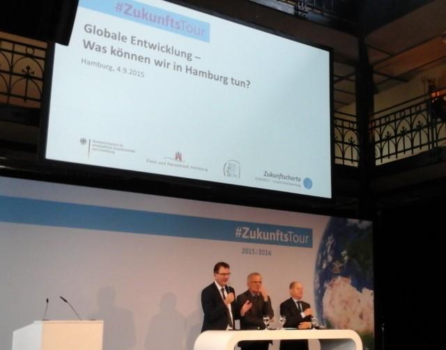 Das Podium der Zukunftstour in Hamburg.