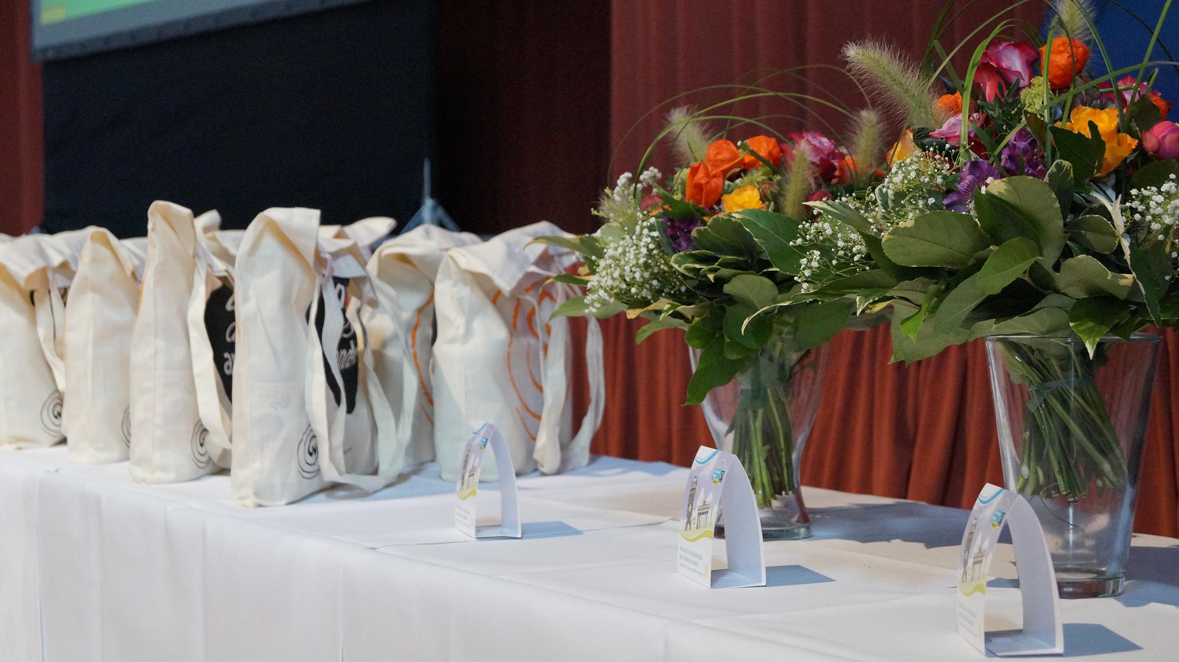Geschenke für die Preisträger*innen. Einer der Blumensträuße ging an Sara und damit Rostock hilft. // Foto: Fritz Beise