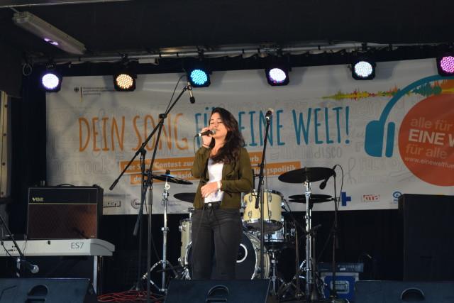 Dorin Ben-David steht auf der Bühne und besingt mit Powerstimme die schönen Aspekte der Einen Welt. Foto Lilith Grull