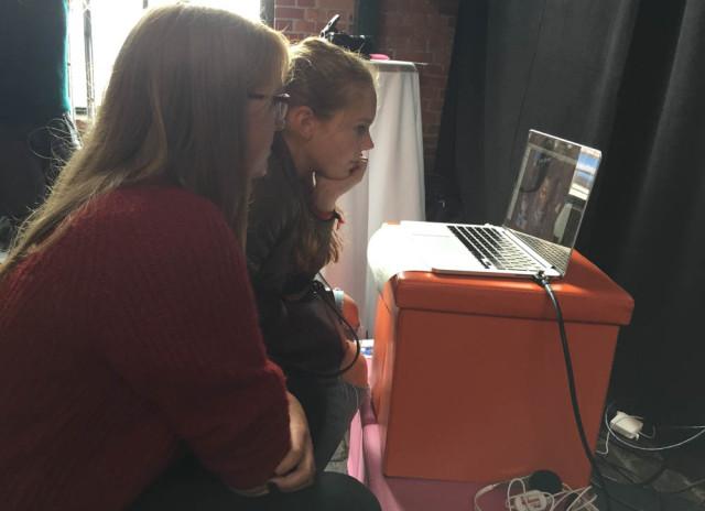 Mädchen schauen auf MacBook
