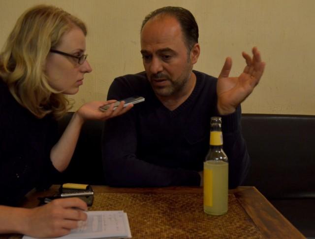 Yahya Al-Aous erklärt im Gespräch seine Sicht auf Journalismus in Syrien. Foto: Jonas Walzberg