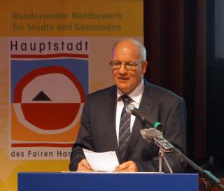 Oberbürgermeister Methling hält sich noch an sein Skript. // Foto: Fritz Beise