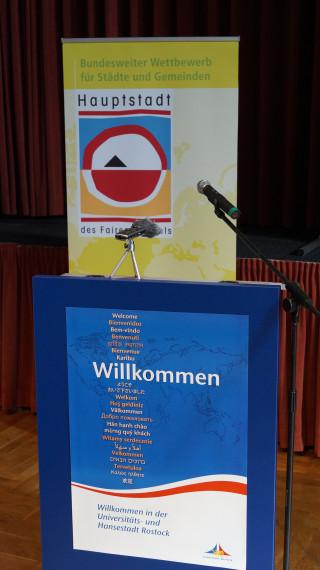 Das Redepult. Die Aufschrift war wie geschaffen für Methlings Rede. // Foto: Fritz Beise