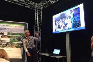 Cordine Lippert spricht über die Klimaschutzpatenschaft mit Sansibar / Foto: Dennis Beltchikov