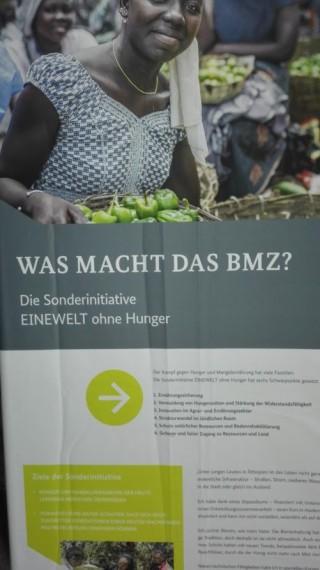 Banner des BMZ. Sechs Schwerpunkte: Ernährungssicherung; Vermeidung von Hungersnöten und Stärkung der Widerstandsfähigkeit; Innovation im Agrar- und Ernährungssektor; Strukturwandel im ländlichen Raum; Schutz natürlicher Ressourcen und Bodenrehabilitierung; Sicherer und fairer Zugang zu Ressourcen und Land