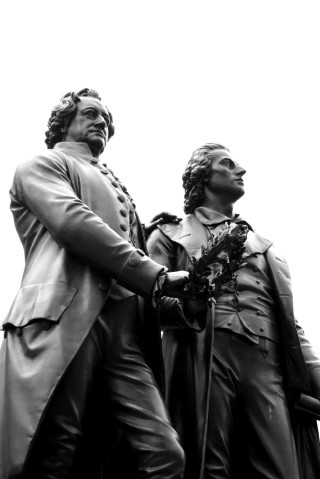 Brozenstatuen von Goethe (links) und Schiller (rechts.)