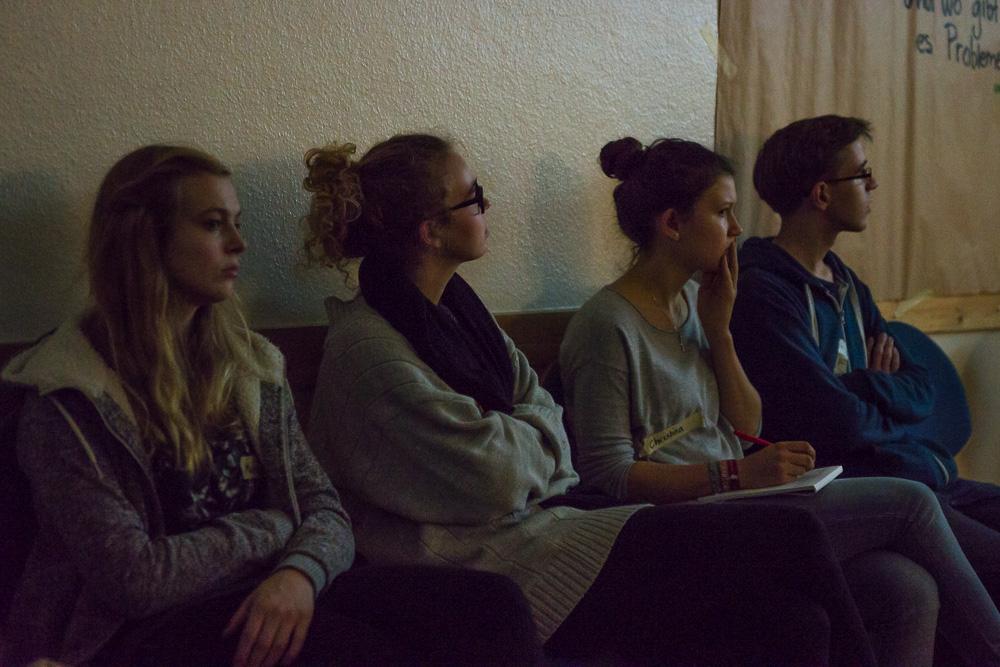 """Am ersten Abend sehen die Teilnehmer*innen den Dokumentarfilm """"Willkommen auf Deutsch"""""""