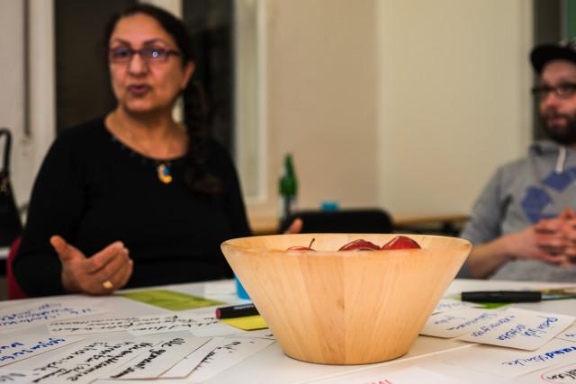 Najeha Abid erzählt den Teilnehmer*innen des Jugendforums, wie sie zur Garten-Botschafterin geworden ist. (Foto: Benedikt Bungarten)