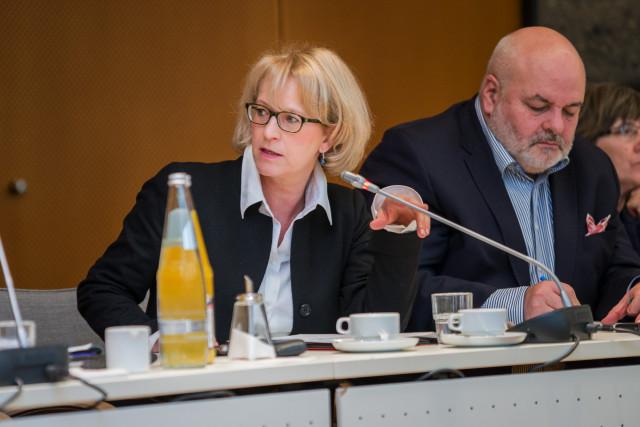 Frau Brummer-Kohler beteiligte sich aktiv an der Diskussion. Herr Volker Gerhardt hingegen ist ganz in seine Notizen vertieft. (Foto: Benedikt Bungarten)