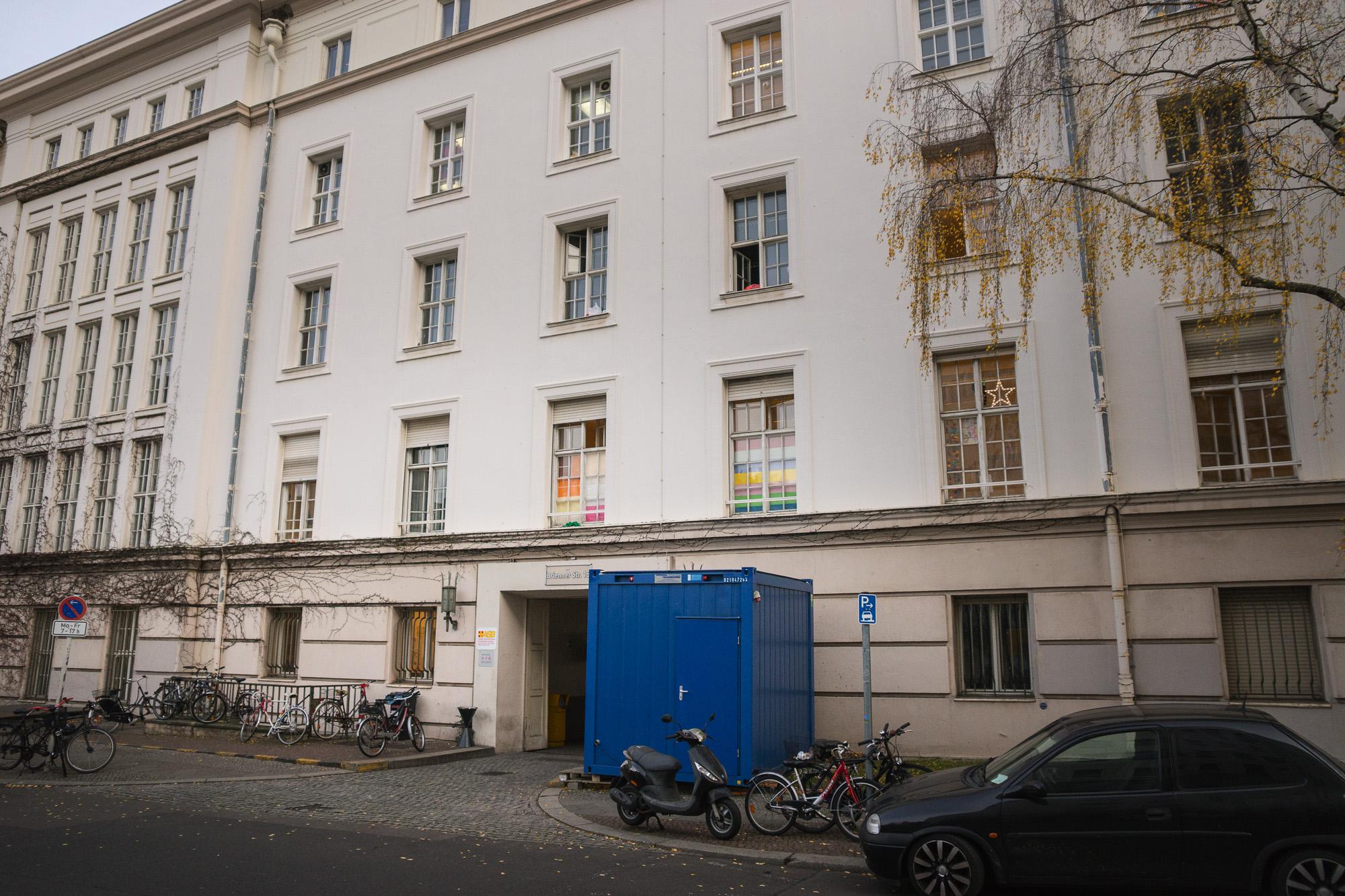 Die Notunterkunft in Berlin-Wilmersdorf: Der Eingang liegt verborgen auf der Rückseite. (Foto: Benedikt Bungarten)
