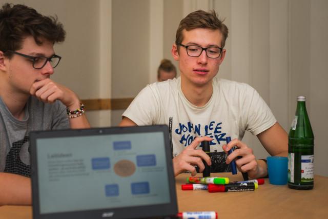 Wie präsentieren wir unsere Ideen am besten? Diese Frage stellte sich die Teilnehmer*innen von Workshop 1. (Foto: Benedikt Bungarten)