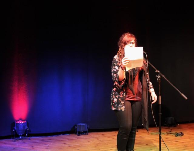 Lisa Stehnke beim Poetry-Slam. Foto: Inga Glökler