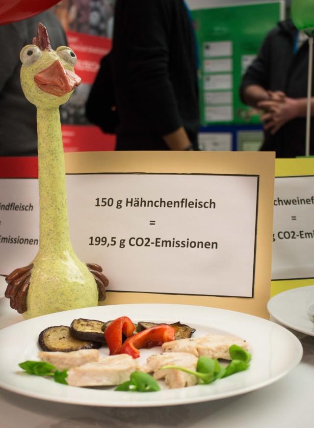 So viel Hähnchen erzeugen 200 Gramm CO2. Und das süße Hähnchen gibt es dann auch nicht mehr ... - Foto: Sebastian Stachorra