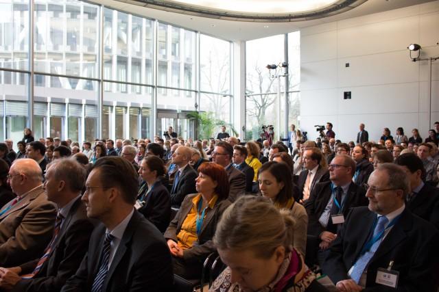 Das Publikum in der Politikarena; vorne die Vertreter der Wirtschaft, weiter hinten die Schüler*innen. - Foto: Sebastian Stachorra