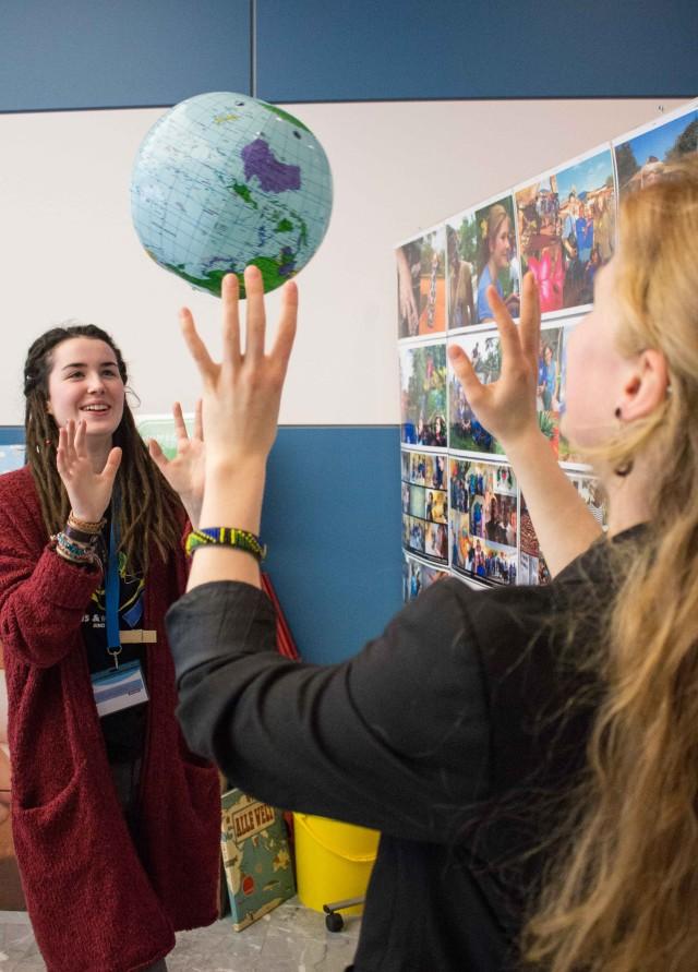 EINEWELT ist ein wichtiger Begriff der Zukunftscharta. Hier werfen sie sich Felicia und Anika in Form eines Wasserballs zu. Foto - Sebastian Stachorra
