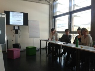 Laura Weis von PowerShift (3. von links) und Corinna Vosse von der Klimawerkstatt Spandau (vorne rechts)
