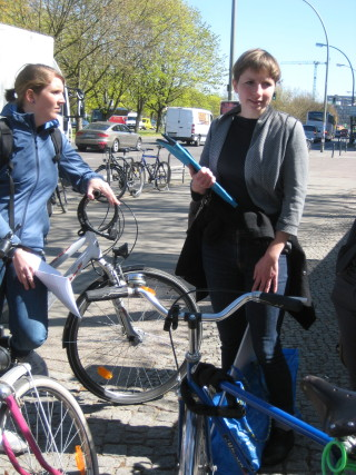 Kurz vor dem Start vor dem Radialsystem mit Tour Guide Anna Perrottet. Foto: Corinna v. Bodisco