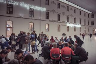 """Seit Herbst 2015 in der """"guten Stube"""" Dresdens: die ABC-Tische im Lichthof des Albertinums der Staatlichen Kunstsammlungen Dresdens, Fotograf: Jörg Simanowski"""