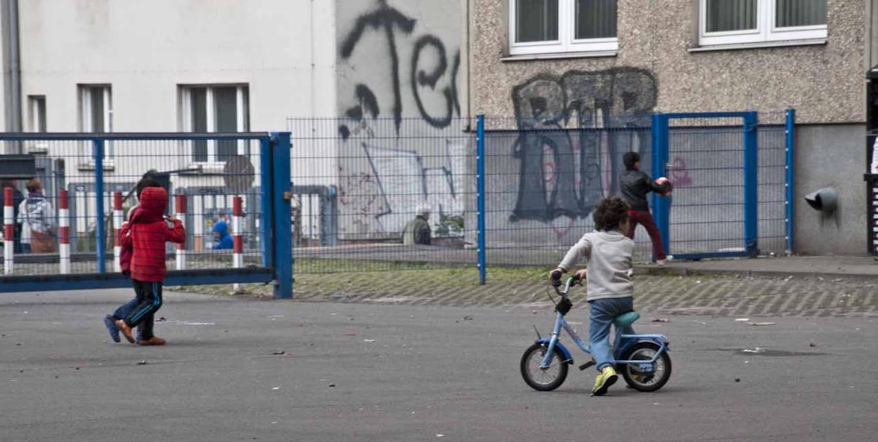 Spielende Kinder vor der Flüchtlingsunterkunft in der ehemaligen Stasi-Zentrale in Berlin-Lichtenberg