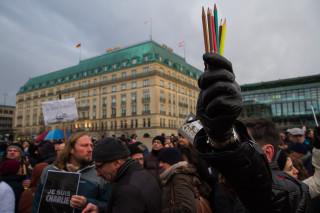 Mahnwache für die Opfer des Attentats auf Charlie Hebdo vor der französischen Botschaft in Berlin. Foto: Tim Rimmele
