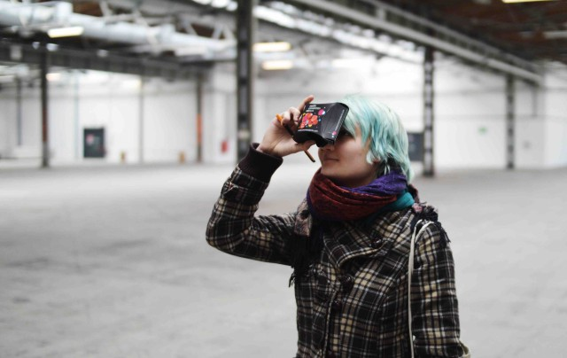 Lisbeth von der Jungen Presse Berlin probiert sich an mobiler Virtual Reality (Foto: Henrik Nürnberger)
