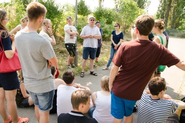 Die Teilnehmer des Jugendforums lauschen den Ausführungen von Jens-Holger Kirchner (Stadtrat für Stadtentwicklung Bezirk Pankow). Foto: Jonas Walzberg