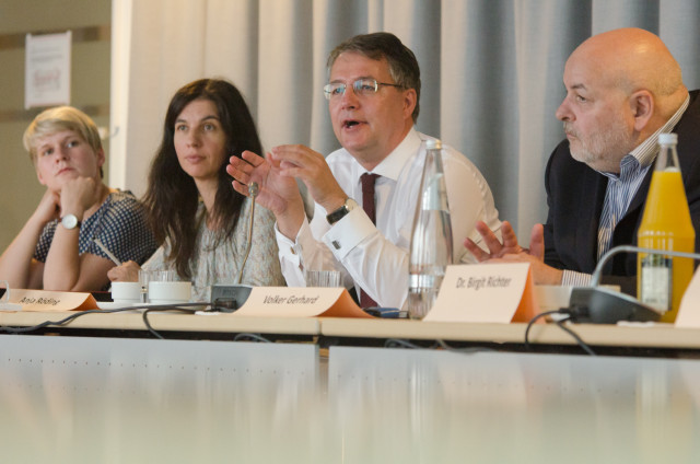 Staatssekretär Adler bezieht Stellung zu den Forderungen, Foto: Jonas Walzberg