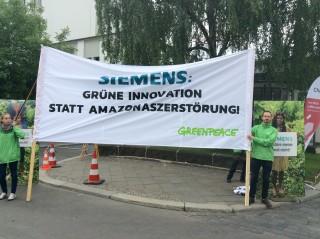 Umweltaktivist*innen vor der Station in Berlin.