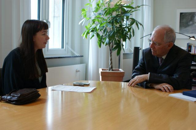 Stefanie Huschle im Gespräch mit Bundesfinanzminister Wolfgang Schäuble. Foto: Stephanie Beutler.