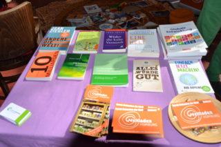 Viele Broschüren mit Informationen zum Eine-Welt-Konzept auf einem Stand an der ZukunftsTour.